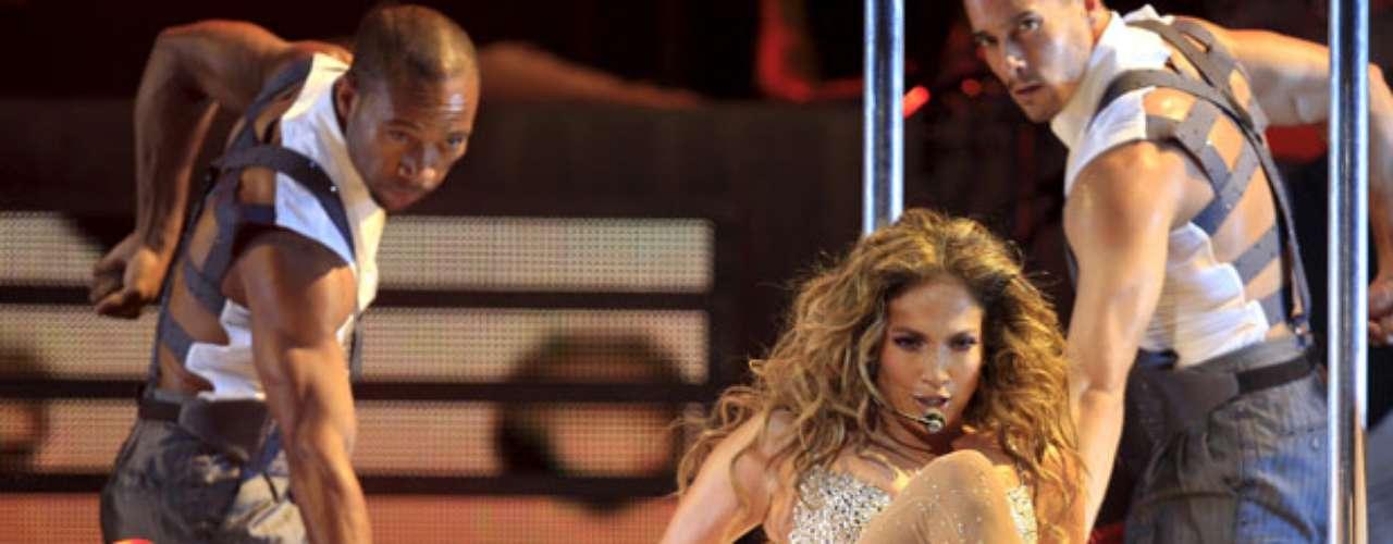 Según EFE, el performance de la cantante fue tan explosivo y sinuoso como las curvas de diva que, pasados los 40, vive una segunda era de plenitud.