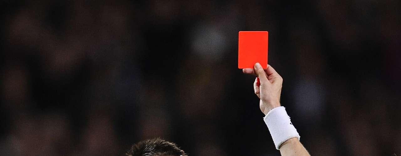 John Terry - Capitán del Chelsea, Terry a veces se pasa de revoluciones en la cancha. No sólo comete duras entradas a sus rivales, sino que también ha sido acusado y castigado por usar insultos racistas contra sus rivales.
