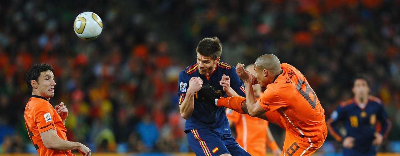 Nigel De Jong - Futbolista del Milan, el holandés será recordado por siempre por su patada voladora al pecho de Xabi Alonso en la final del Mundial 2010.
