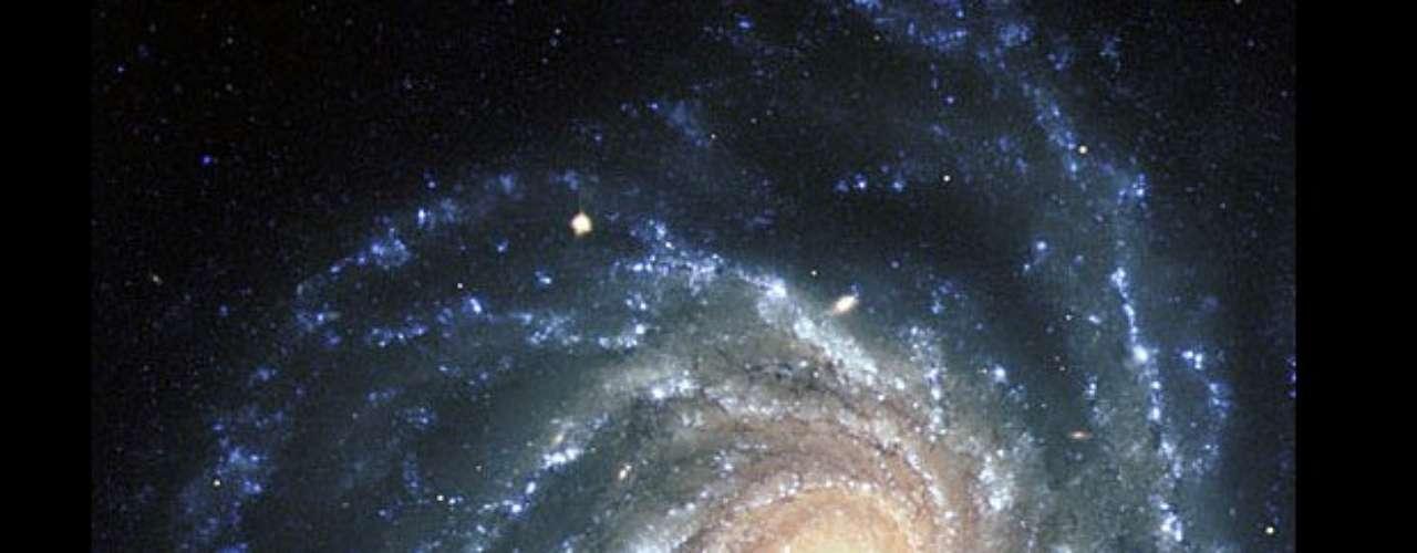 La espectacular imagen de la galaxia NGC 1232 fue capturada el 21 de septiembre de 1998, durante un periodo con buenas condiciones para observar. En el área central se encuentran las estrellas más viejas, mientras que los brazos en espiral contienen a las estrellas más jóvenes en la parte azulada.