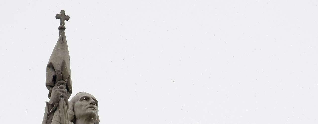 La historia nos contó en la escuela que Cristóbal Colón descubrió América, que trajo el prograso a este continente y que humanizó a los 'salvajes'. Pero recientes revisiones históricas ofrecen otro ángulo desde donde se miran sus aventuras por estas tierras que, a la postre, trajeron muerte y destrucción entre las tribus de indígenas que habitaban las islas del Caribe por aquel entonces.