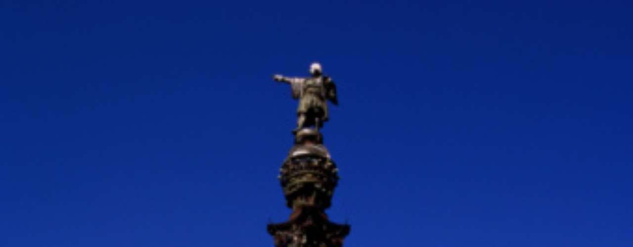 Pero años recientes, otra ola de historiadores han revisado lo ocurrido y han arrojado luz sobre las verdaderas intenciones de Colón y sus conquistadores y de las desgracias que impusieron sobre la población indígena.