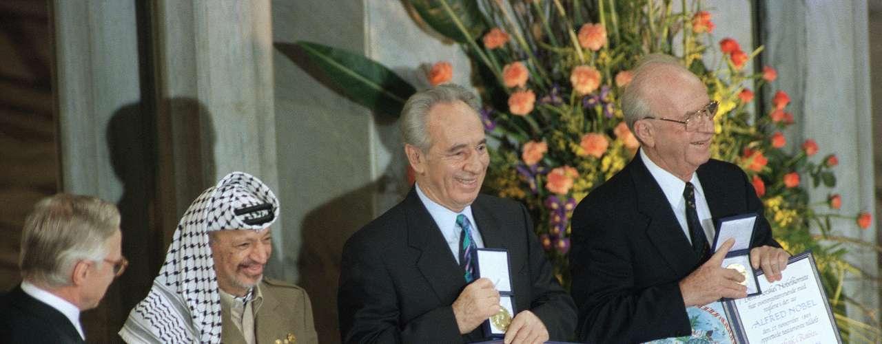 1994: Yasir Arafat (izq), Palestina; Isaac Rabin (der), Israel y Shimon Peres (c), Israel, \