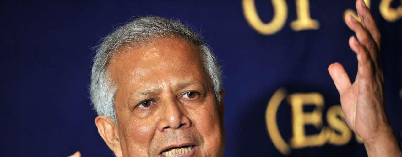 2006: Muhammad Yunus (imagen), Bangladés y el banco Grameen, \