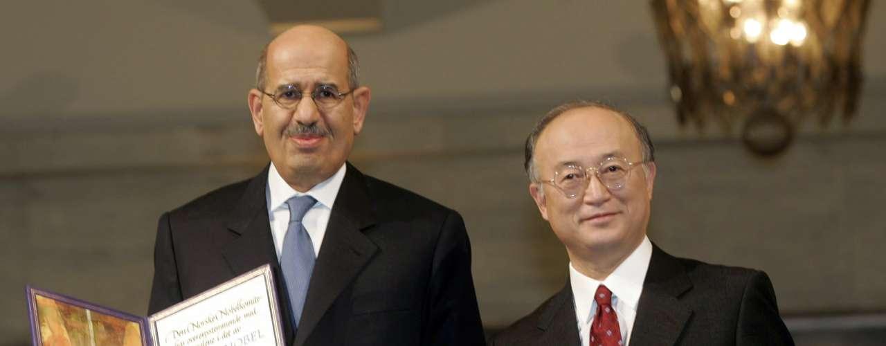 2005: Mohamed El Baradei, (izq) Egipto, y el Organismo Internacional de Energía Atómica, \
