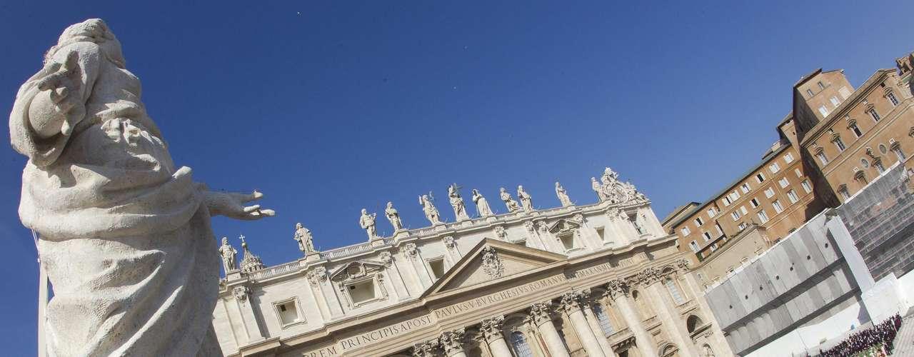 El Vaticano II fue clausurado por Pablo VI el 8 de octubre de 1965. En la ceremonia entregó el \