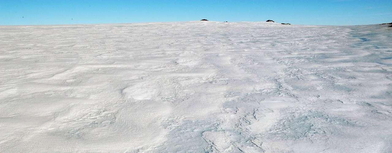 Esos cambios en el viento están conectados de una forma complicada a cambios climáticos generados por los gases de invernadero, dicen Maksym y Scambos. El cambio climático ha creado básicamente una pared de viento que mantiene el clima frío embotellado en la Antártida, dijo Abdalati.