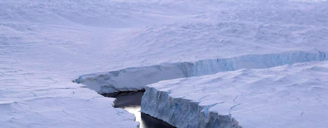 En un tercer continente, David Vaughan del Centro Británico Antártico, respondió afirmativamente, que lo que sucede en la Antártica conlleva las huellas de cambio climático causado por el hombre. \