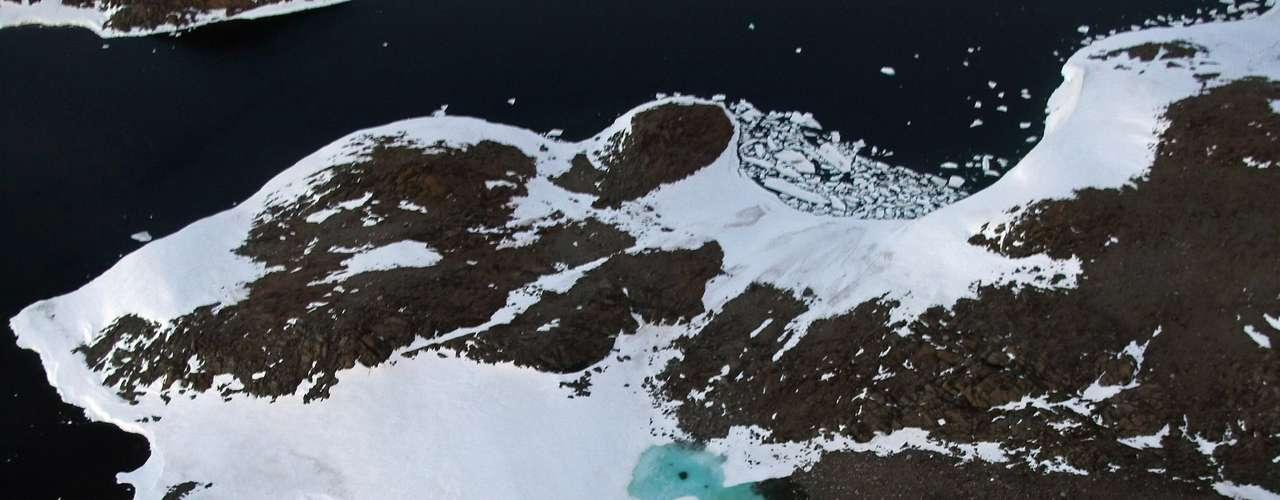 Siempre hay deshielos sobre el mar cerca de un polo mientras que crece por el otro. Pero la tendencia general año tras año es considerablemente menos hielo en el Ártico y ligeramente más en el Antártico.
