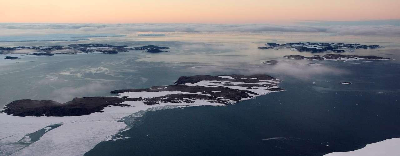Eso se nota más en septiembre, cuando el hielo norteño está en su nivel más bajo y el del sur en su nivel más alto. Durante los últimos 30 años, el Ártico en septiembre ha estado perdiendo como promedio de 14,76 kilómetros cuadrados (5,7 millas cuadradas) de hielo por cada 2,59 kilómetros cuadrados (cada milla cuadrada) de hielo marino ganado en la Antártida.