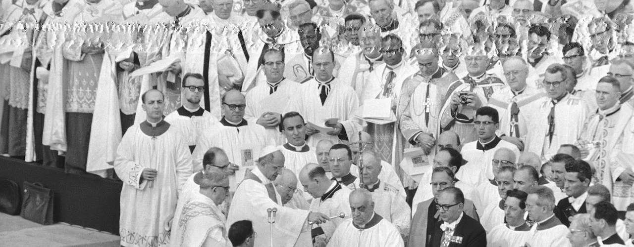 Adicionalmente, se buscó proporcionar una apertura con el mundo moderno, actualizando la vida de la Iglesia sin definir ningún dogma, incluso con nuevo lenguaje conciliatorio frente a problemas actuales y antiguos.