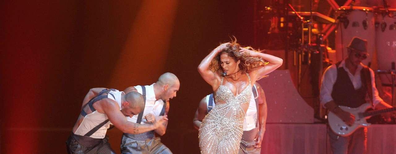 J.Lo, en Bologna, Italia, realizó una descarga de lujuria y pasión, que se trasmitió hasta su cuerpo de baile.