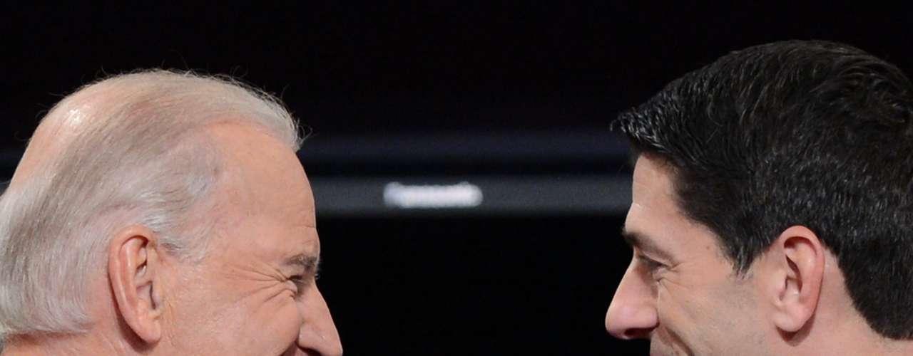 Y aunque su saludo pareció muy cordial y educado, la sonrisa de Romney pudo haber sido la señal de las ocurrencias con las que podría salir. El estímulo federal, las guerras en Irak y Afganistán y la reforma de salud pusieron a ambos candidatos en veredas distintas, atacñandose de manera constante e interrumpiédose mutuamente, más allá de los intentos de la moderadora de ordenar el debate.