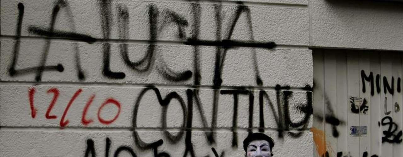 Un manifestante pintaba grafitis durante la marcha del 'Día de la Dignidad' en Bogotá. Los 'indignados' colombianos tomaron las calles de las principales ciudades del país durante la protesta, para expresar su descontento por la situación social que vive la nación suramericana.