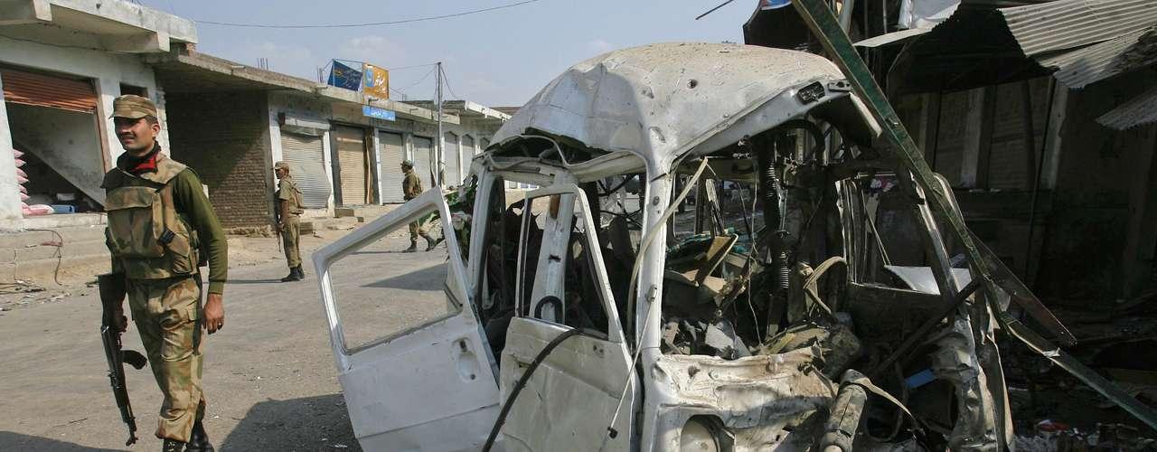 Algunas fuentes afirmaron que había un individuo al volante del coche con los explosivos, pero la Policía no ha confirmado que se trate de un ataque suicida.