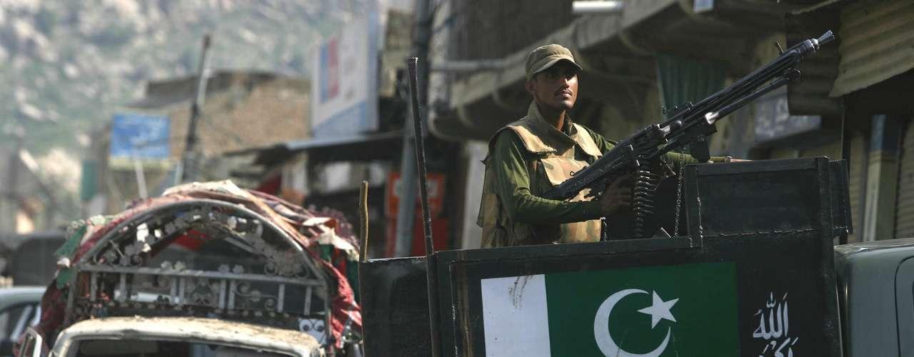 Al menos una decena de tiendas quedaron destruidas a raíz de la explosión en el lugar, que ha sido acordonado por las fuerzas del orden mientras se iniciaba una investigación.