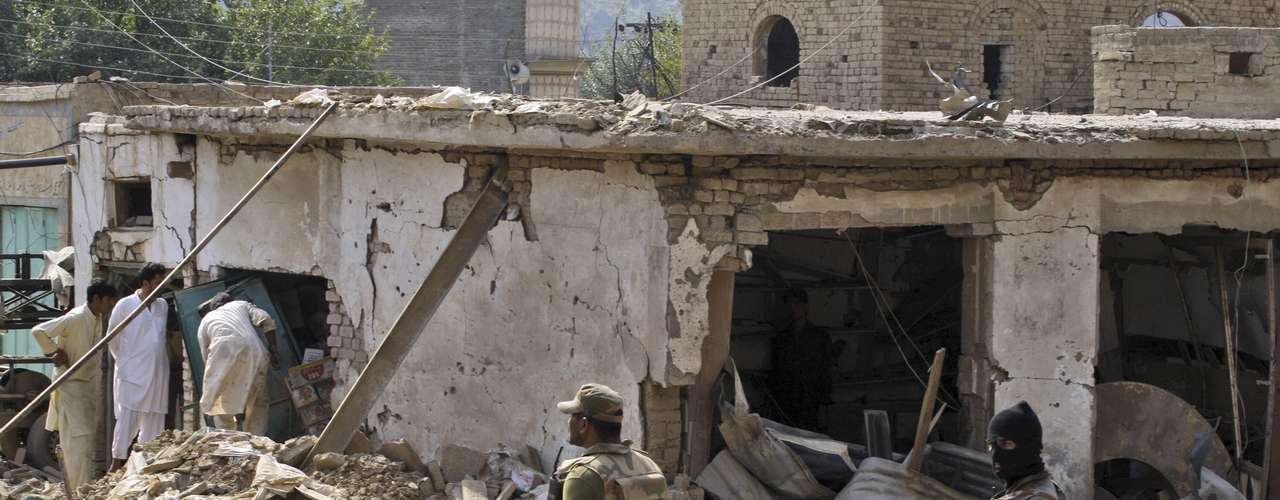 La explosión ocurrió en el mercado Janan en un momento de gran afluencia de personas,y tenía como objetivo las oficinas regionales del comité de paz contra los talibanes de la región, informaron los medios Dawn y \