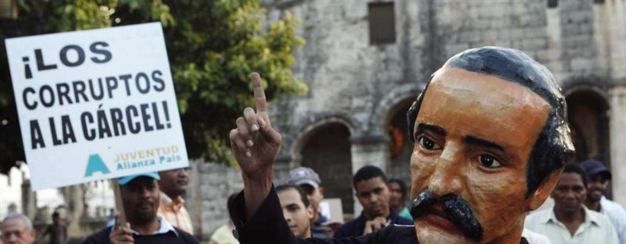 Un dominicano representa al héroe nacional Juan Pablo Duarte mientras participa en una marcha organizada por las organizaciones sociales en Santo Domingo para protestar por un proyecto de reforma fiscal en el país. La reforma anunciado por el Gobierno contempla la subida de los impuestos.