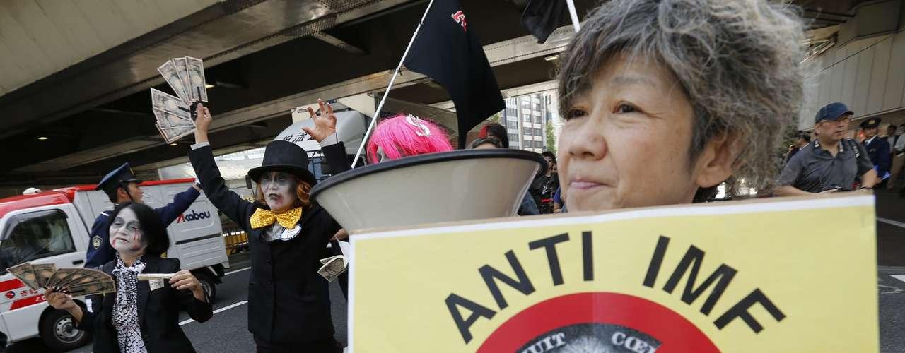 Alrededor de 300 personas se manifestaron en Tokio en contra de las reuniones anuales del FMI y el Banco Mundial en la capital japonesa.