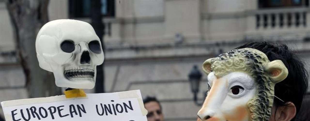 Decenas de valencianos llevaron a cabo una cacerolada en la Plaza del Ayuntamiento de la ciudad, en la que han mostrado su oposición a los rescates, las ayudas a la banca, los recortes y las privatizaciones.