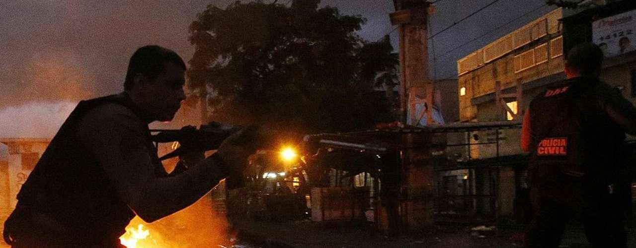 Diez minutos bastaron para que infantes de marina y de policías de elite del estado brasileño de Río de Janeiro tomaran el complejo de las dos favelas controladas por los narcotraficantes más peligrosas de la ciudad, Manguinhos y Jacarezinho.