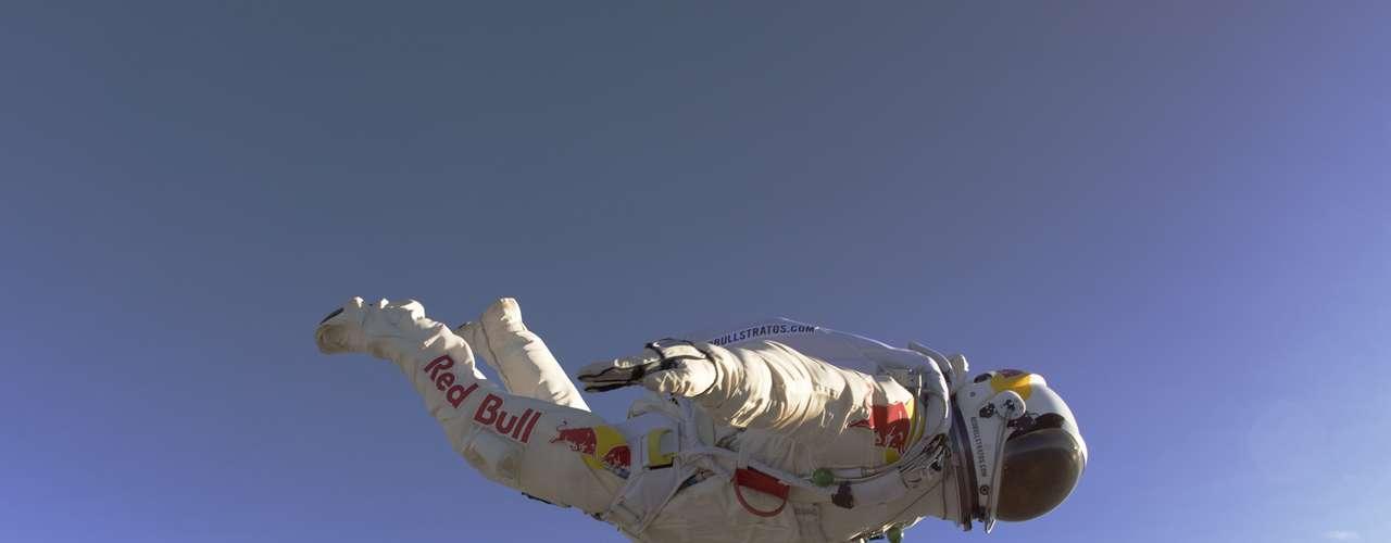 Un triple récord fue logrado este domingo. Así fue el salto del austríaco Felix Baumgartner, quien logró superar la velocidad del sonido en caída libre al lanzarse desde una altura de 23 millas (39.068 metros). (Foto de Archivo)