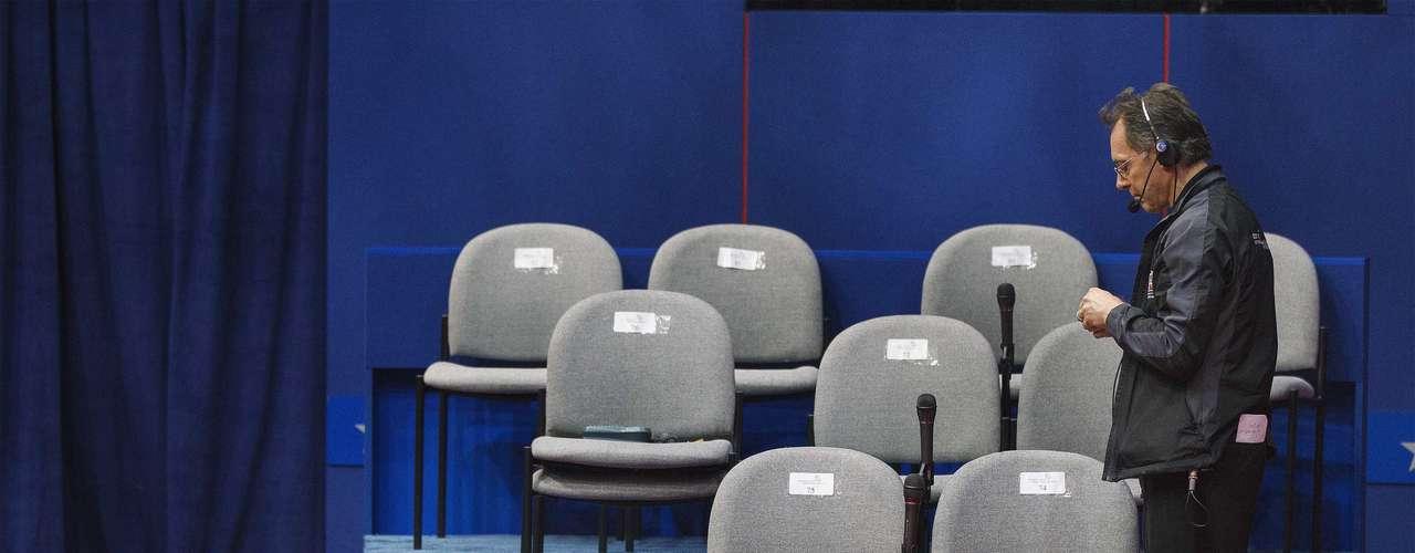 El debate de 90 minutos en la Universidad de Hofstra en Nueva York comienza a las 21.00 hora local (0100 GMT).
