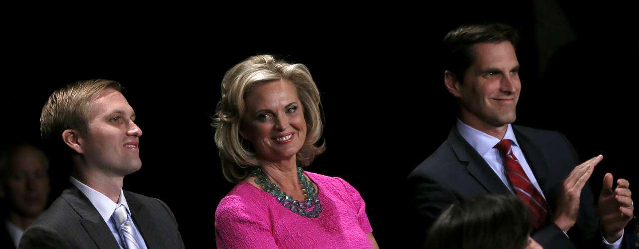 De nuevo, las primeras en aparecer en escena fueron las esposas de los candidatos. Ann Romney, quien estuvo acompañada por sus hijos Matt y Ben.