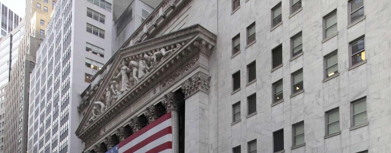 El banco, situado en 33 Liberty St., es una de 12 sucursales en la nación que, junto con el Consejo de Gobernadores en Washington, integran el sistema de la Reserva Federal que funciona como el banco central de Estados Unidos. Es la entidad que establece las tasas de interés de referencia.