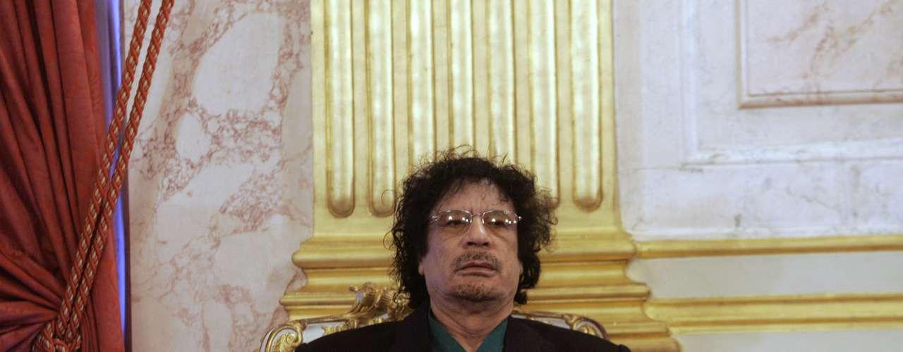 Según la versión de las autoridades libias de transición, Gadafi murió en un tiroteo en el momento de su captura, el 20 de octubre de 2011 en su región natal de Sirte (noroeste). Pero testigos y medios de comunicación afirman que murió después de ser capturado por los rebeldes.