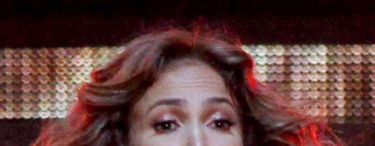 El ajustado traje de Jennifer López se corrió mientras hacía sus enérgicas coreografías en Italia, dejando ver a miles de fans una parte de su pezón.