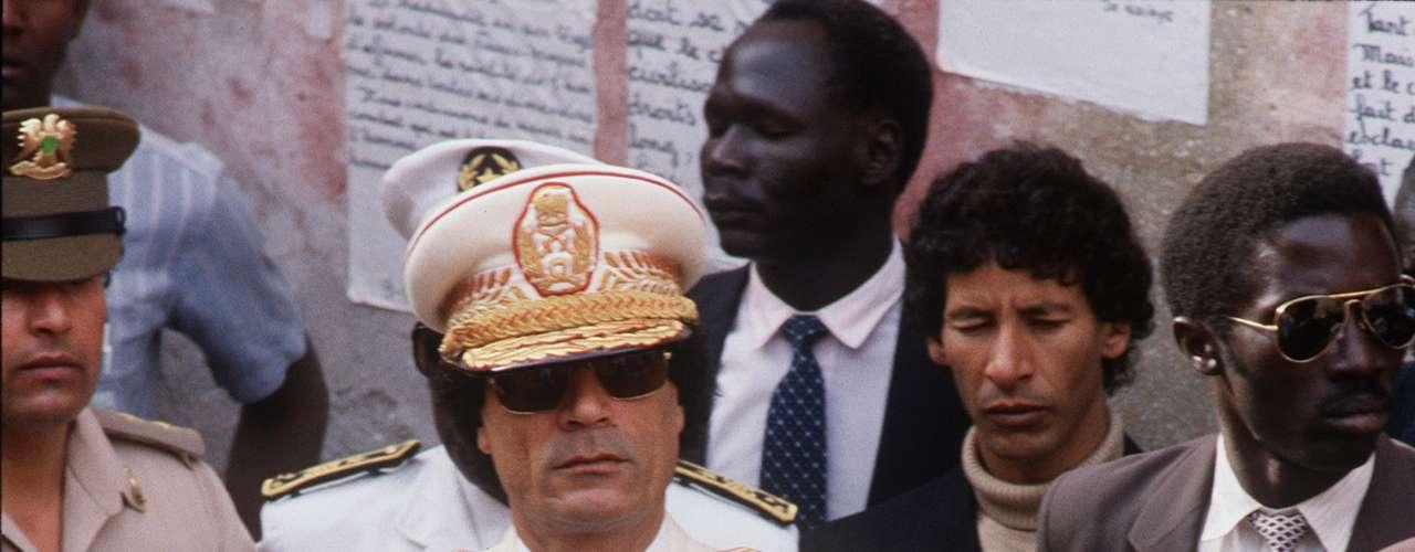 Safiya Gadafi (esposa): Safiya Farkas (sentada en la foto), la madre de siete de los ocho hijos biológicos de Gadafi, pasó el último año en Argelia luego de que se le otorgara el refugio bajo \