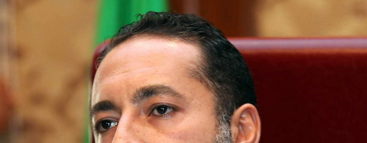 Saadi Gadafi (hijo): A Saadi, quien lideró la Federación de Fútbol de Libia y las Fuerzas Especiales de Libia, se le otorgó el asilo en Níger, donde vive en una casa estatal de huéspedes en Niamey, después de haber escapado por el desierto del Sahara. A Saadi Gadafi se le conoce por su estilo de vida playboy y por haber tenido una breve experiencia en el fútbol italiano, que terminó tras una prueba antidopaje que no pasó.
