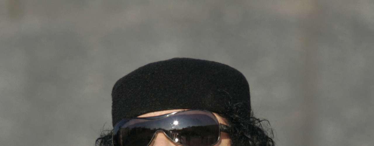 Es el hijo de Gadafi con su primera esposa, Fathia, y también fue el gerente de la compañía que controlaba las redes de comunicaciones satelitales y de teléfonos móviles en Libia. No fue acusado por la Corte Penal Internacional y no se cree que haya jugado un rol importante en los intentos por disipar los levantamientos del año pasado.