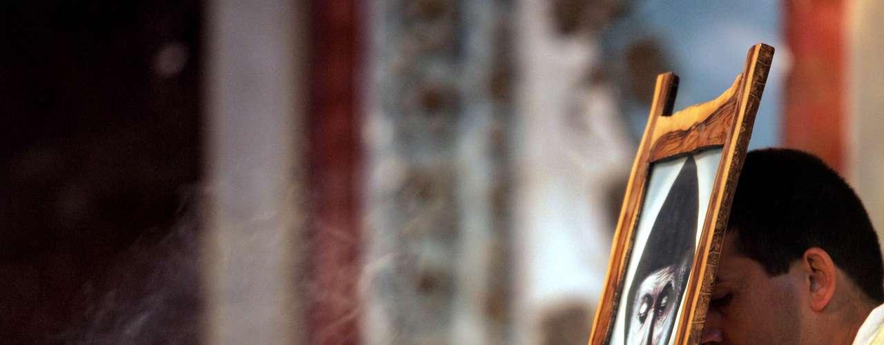 De acuerdo con la Iglesia católica, para canonizar a una persona es necesario que la promocionen quienes consideren que tuvo virtudes santas. La o el candidato será investigado por la jerarquía eclesiástica, expertos en la materia realizarán estudios y análisis; el promotor de la fe y el abogado de la causa debatirán en torno al caso, pero quien tiene la última palabra es el Papa.