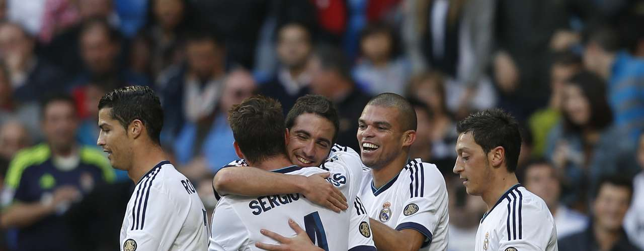 Real Madrid's Gonzalo Higuain (C) celebrates his goal against Celta Vigo with team mates during their Spanish First Division soccer match at Santiago Bernabeu stadium in Madrid October 20, 2012. REUTERS/Susana Vera (SPAIN - Tags: SPORT SOCCER)