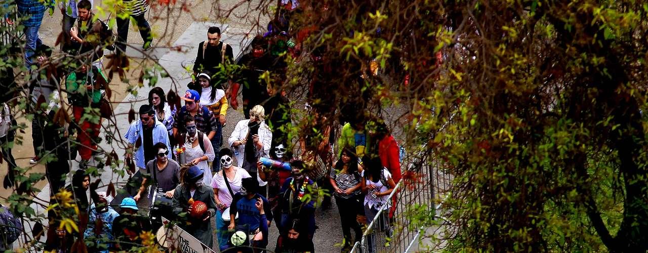 Cientos de personas caracterizadas como zombies marchan por la Alameda en la denominada Zombie Walk organizada por el canal FOX, para celebrar el estreno de la nueva temporada de \