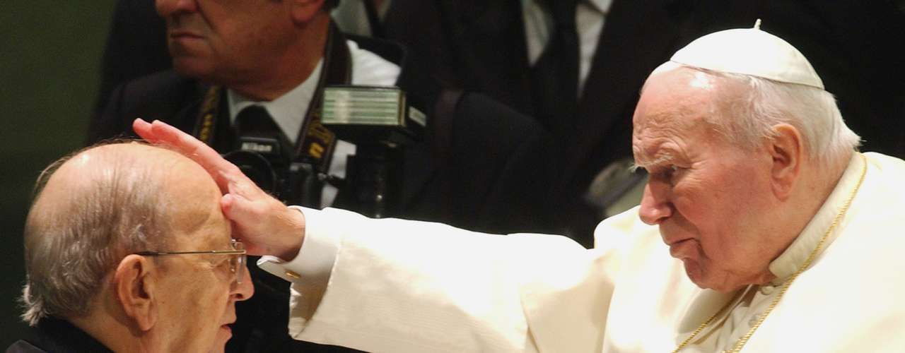 El sacerdote Marcial Maciel, líder fundador de los Legionarios de Cristo, por décadas abusó sexualmente de menores de edad integrantes de su organización religiosa. En vida, fue considerado por sus seguidores como posible aspirante a la santidad. Antes de que el Vaticano admitiera públicamente que su conducta no coincidía con los mandatos cristianos, fue defendido férreamente por sus simpatizantes, quienes denostaban a quienes documentaban sus delitos en la prensa mexicana e internacional.