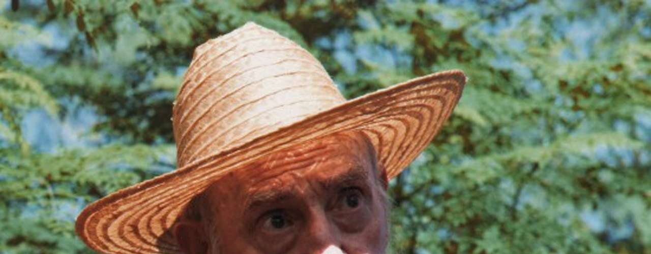 En las nueve fotografías, que publicó el portal oficialista Cubadebate (cubadebate.cu), Castro, retirado del poder desde 2006 por una crisis de salud, aparece con buen semblante en un campo de cultivo, vistiendo camisa oscura a cuadros, pantalón deportivo y sombrero típico de campesino cubano, tejido con fibra de yarey.
