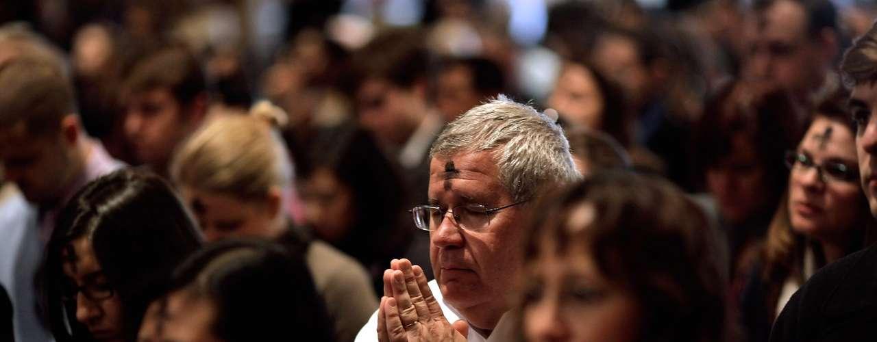 Mientras, aunque tanto la iglesia Católica como los evangélicos rechazan el aborto y los matrimonios homosexuales, los católicos en su mayoría apoyan a Obama. Sin embargo, solo la mitad de los evangélicos reelegiría  a Obama, según un reporte del Pew Hispanic Center, divulgado la semana pasada.