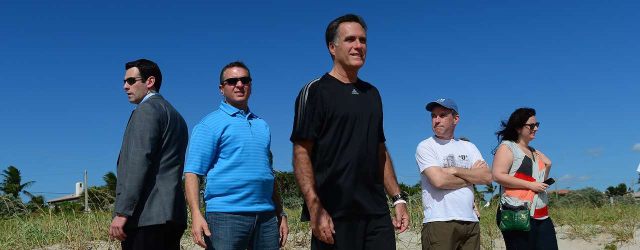 El candidato presidencial republicano Mitt Romney observó el comienzo de un partido amistoso de fútbol americano entre su equipo de campaña y los miembros de los medios de comunicación en Delray Beach, Florida.