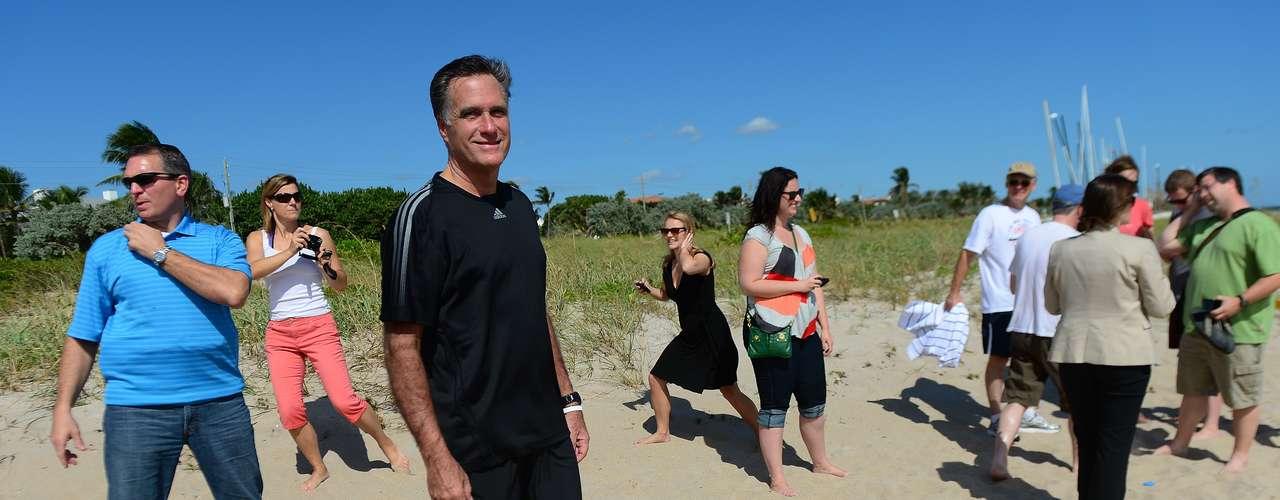 Pero, mientras el candidato disfrutaba de la playa en la Florida, en la playa La Joya en California, donde el aspirante republicano tiene una casa, un grupo de personas se manifestaba en su contra. Según los manifestantes Romney, solo tiene esa casa para evadir impuestos.