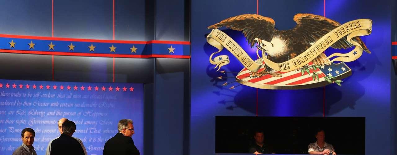 El paso en falso que dio Romney al criticar el manejo del ataque del 11 de septiembre a la embajada estadounidense en Bengasi - el centro de un agresivo intercambio verbal en el debate anterior - complicó su estrategia de intentar dejar al presidente como un débil representante de Estados Unidos en el exterior.
