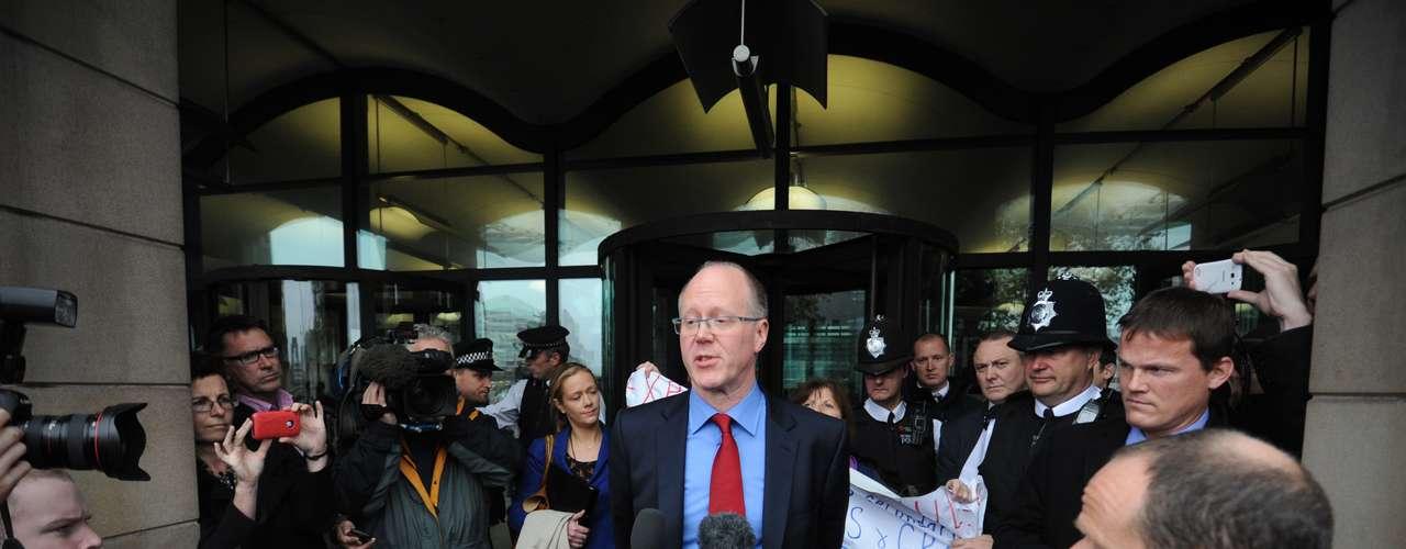 Entwistle reconoció ante el comité que la BBC había tardado más de lo que debiera en afrontar la crisis, pero que se había esforzado por evitar dañar la investigación policial.