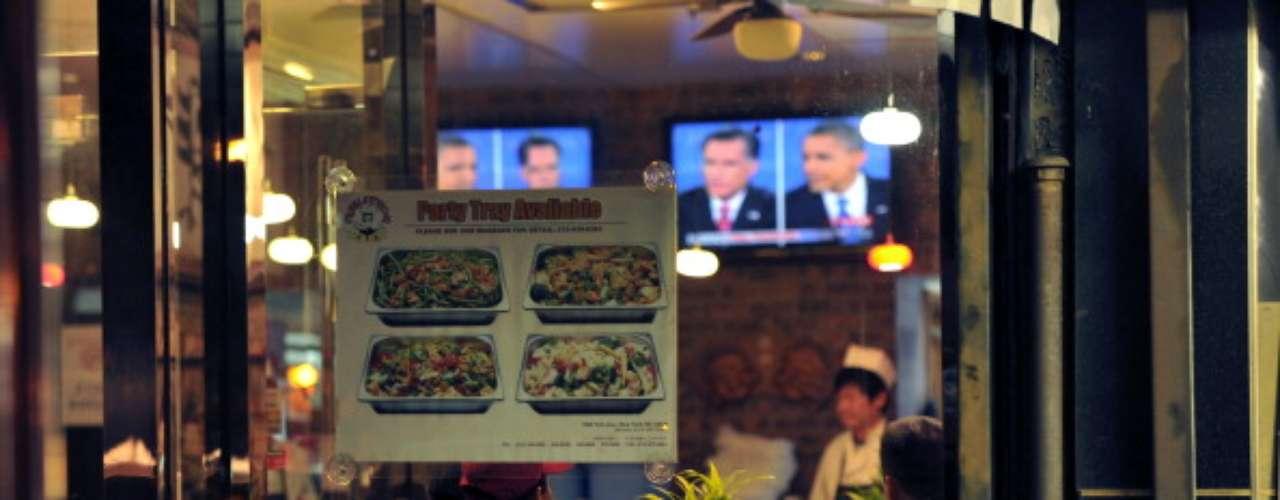 Aquí, tres personas siguen atentamente lo que sucedía mientras cenaban en un restaurante asiático. ¿Habrán mantenido la atención luego de que sirvieran la comida?