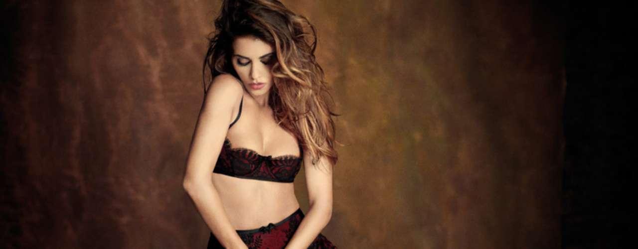 La colaboración comenzó cuando Mónica fue elegida imagen de la colección otoño invierno 2012-2013 de la firma de lencería, demostrando mucho interés en el diseño.
