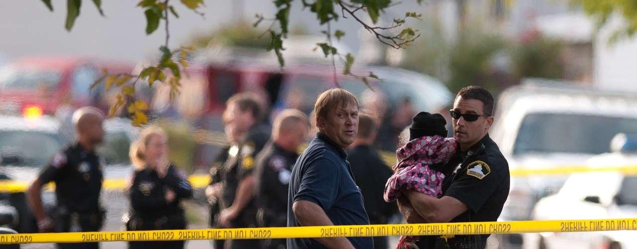 El hombre no ha sido identificado, aunque las autoridades dijeron que la familia tiene ascendencia de Europa oriental. La policía detuvo al padre y al vecino para interrogarlos, aunque no han sido identificados como sospechosos.