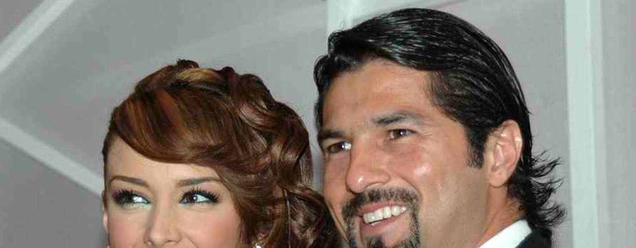 Jacqueline Bracamontes y Arturo Carmona tuvieron un breve romance en el otoño de 2006. Se dice que el futbolista convertido en actor no se llevaba muy bien con la familia de ella.