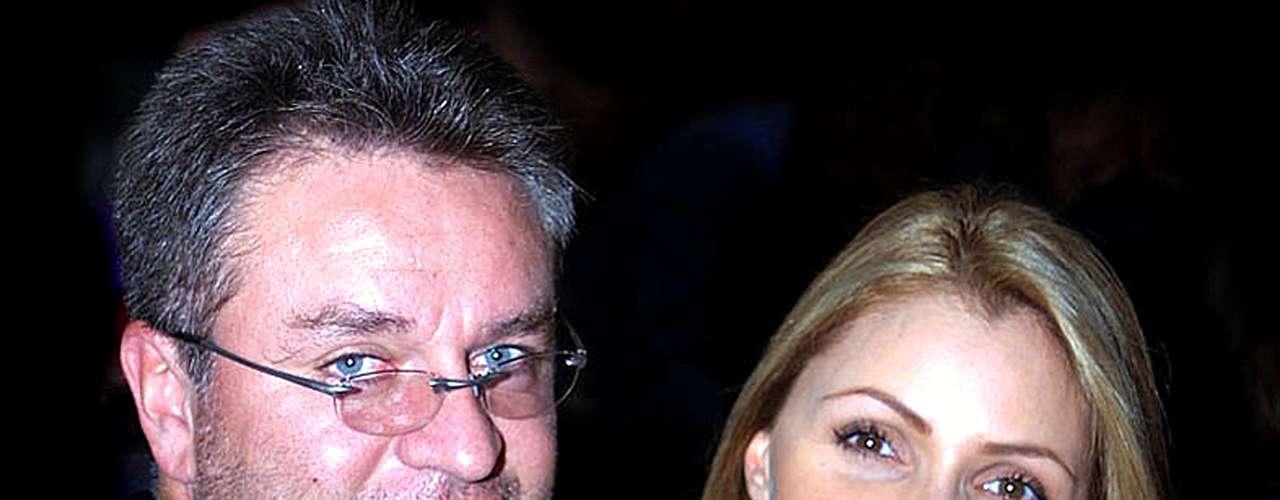 José Alberto Castro y Angélica Rivera rompieron a causa de una supuesta relación de Angélica con su coprotagonista en 'Destilando Amor', Eduardo Yáñez. Él ahora anda con Angelique Boyer y ella es la futura primera dama de México, gracias a su relación con Enrique Peña Nieto.