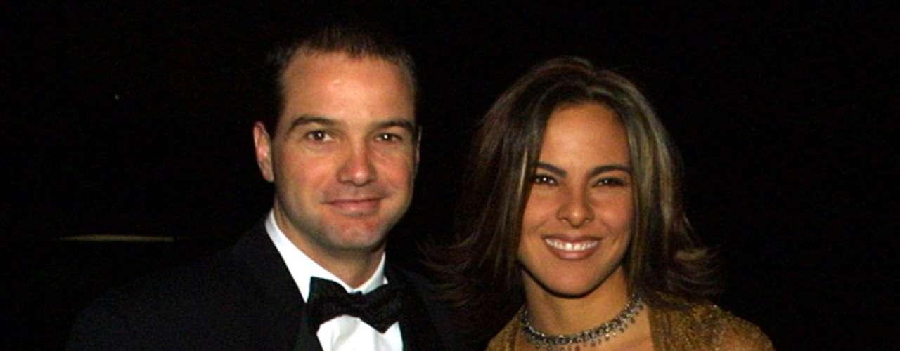 Luis García y Kate del Castillo se dieron el sí en 2001, y menos de dos años depués, el exfutbolista y la actriz de telenovelas, se separaron. Ella reveló que él la golpeaba y ese fue uno de los motivos principales para su separación.
